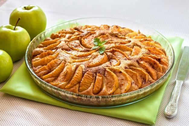 Torta di mele con cannella e mandorle tritate