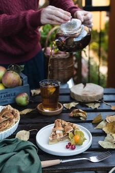Torta di mele e teiera con tè nero, ringraziamento