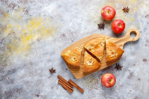 Torta di mele fatta in casa dolce con cannella.