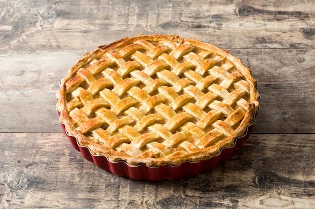 Torta di mele fatta in casa sul tavolo di legno