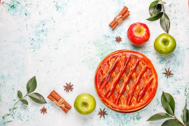 Torta di mele fatta in casa sul tavolo luminoso