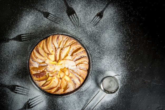 Torta di mele in una padella in ghisa porzionata
