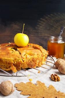 Torta di mele, mele gialle, noci