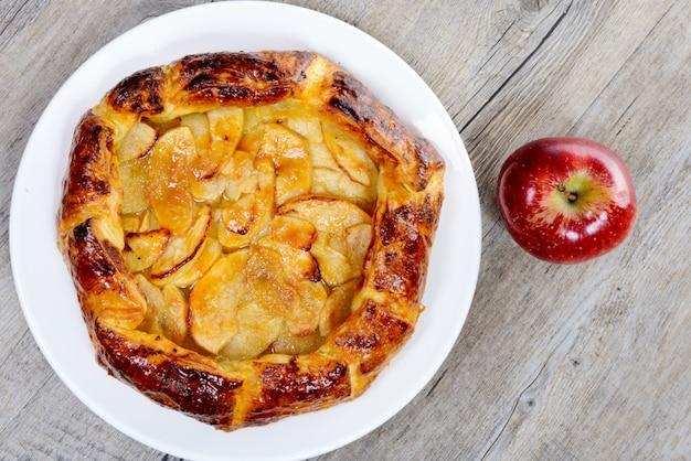 Torta di mele sul piatto bianco sul tavolo