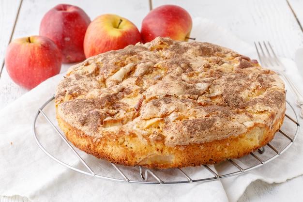 Torta di mele sul tavolo bianco