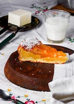 Torta di mele sul tavolo