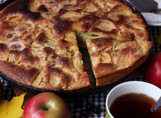 Torta di mele, vista dall'alto. natura morta, cibo. dessert dolce e tè