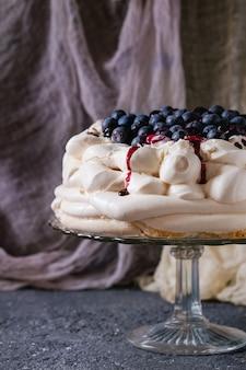 Torta di meringa pavlova con mirtilli
