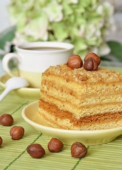 Torta di miele con noci e una tazza di caffè