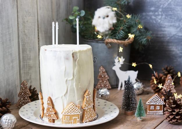 Torta di miele fatta in casa con panna acida, decorata con pan di zenzero