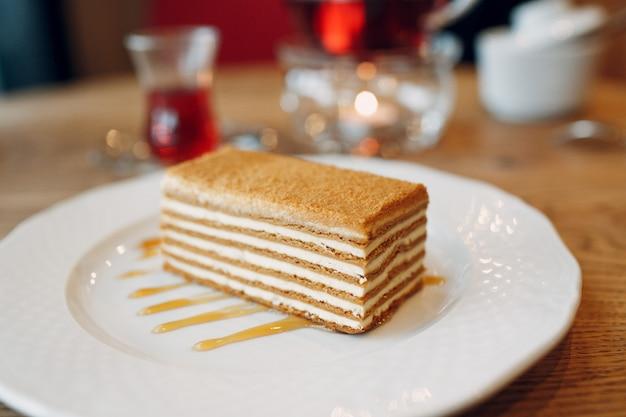 Torta di miele su un piatto