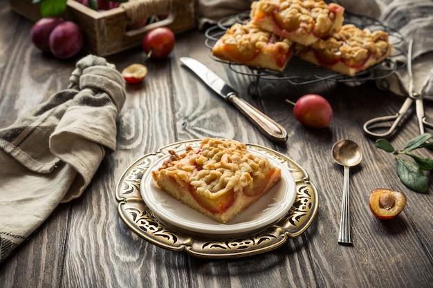 Torta di mollica di prugne tagliata a quadretti. concetto di cibo autunno sano. foto tonica