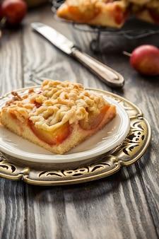 Torta di mollica di prugne tagliata a quadretti. concetto di cibo autunno sano.
