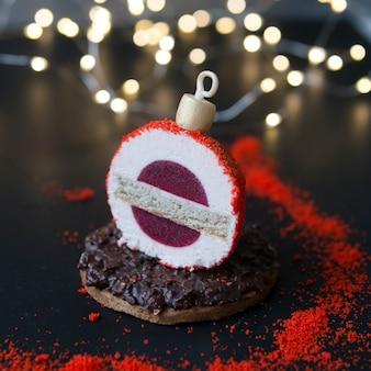 Torta di mousse a forma di albero di capodanno, palla con gelatina di bacche