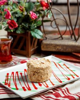 Torta di napoleone russa porzionata in piatto