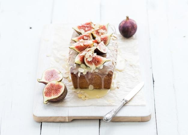 Torta di pane con fichi, mandorle e cioccolato bianco su tavola di legno