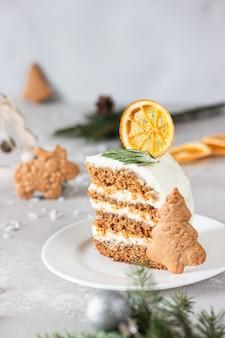 Torta di panpepato di natale o capodanno con biscotti di pan di zenzero, rami di abete, coni, spezie e fetta d'arancia essiccata.
