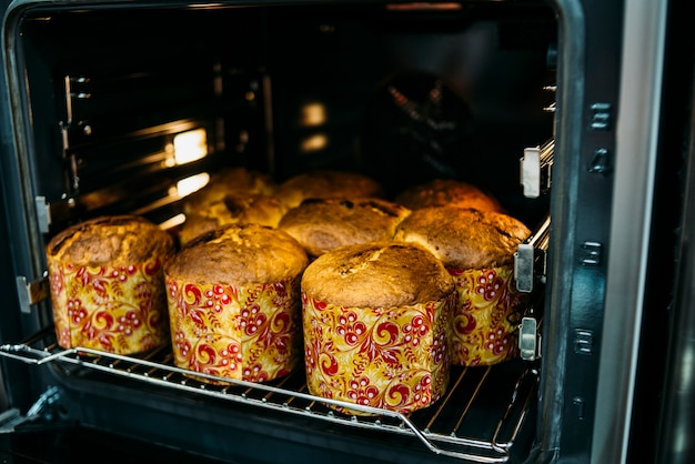 Torta di pasqua che cucina in forno