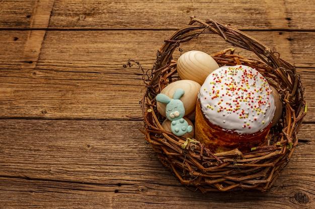 Torta di pasqua, conigli e uova nel cestino di vimini. pane festivo ortodosso tradizionale
