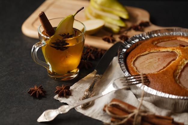 Torta di pere in supporto sul tavolo