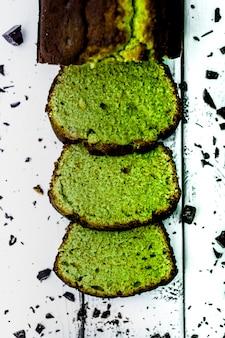 Torta di prugne al cioccolato e matcha. luce naturale. vista dall'alto