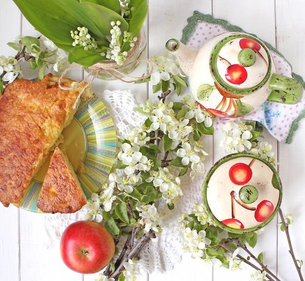 Torta di tè di primavera mela fiori