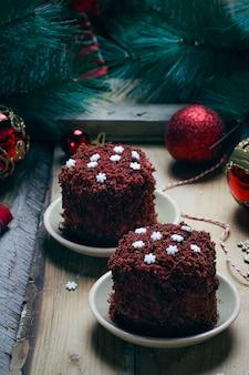 Torta di velluto marrone rosso dessert festivo con fiocchi di neve caramelle bianche