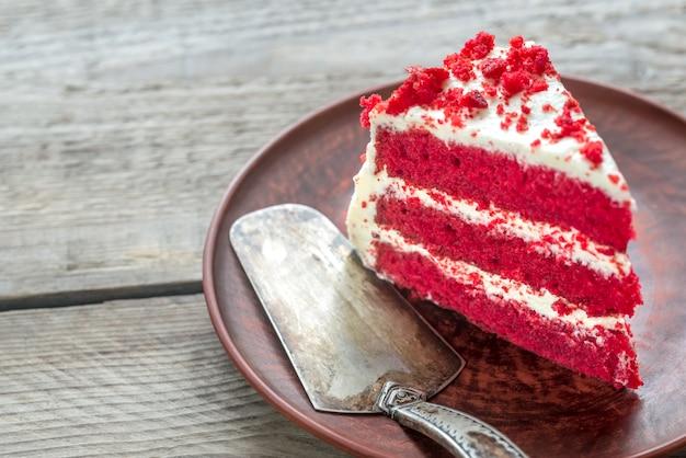 Torta di velluto rosso sul piatto