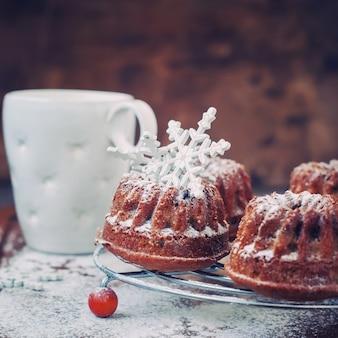 Torta dolce al forno fresco con zucchero a velo. tonica