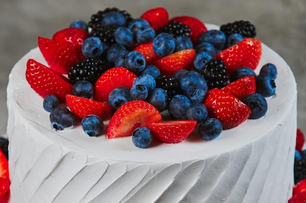 Torta dolce con fragole sul piatto