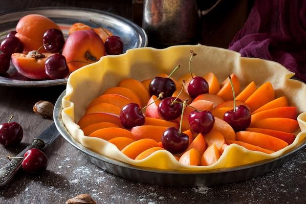 Torta dolce fatta in casa con albicocche
