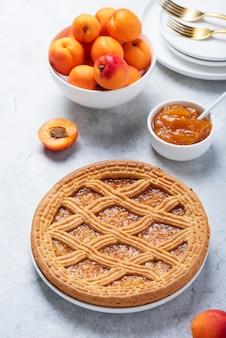 Torta dolce in crosta con albicocche e marmellata di albicocche, immagine di messa a fuoco selettiva