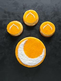 Torta dorata fatta in casa con una falce di luna. muro di ramadan