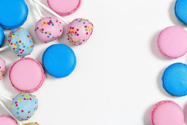 Torta e amaretti dolci colorati