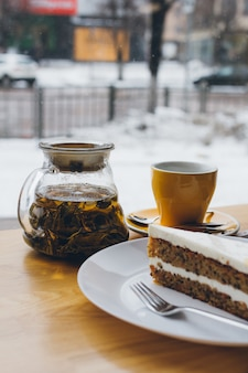 Torta e tè sul tavolo