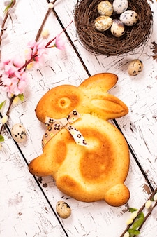 Torta e uova di coniglio di pasqua
