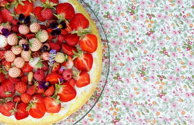 Torta estiva con fragole fresche mature e mirtilli con crema al mascarpone