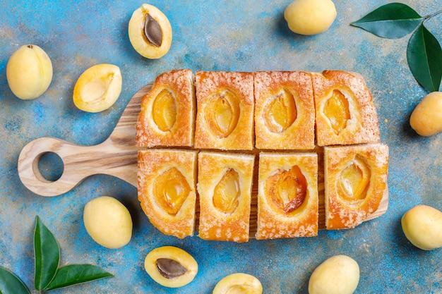 Torta estiva di albicocche con albicocche fresche
