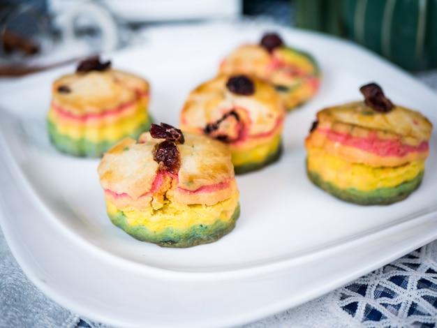Torta fatta in casa al forno fresca fresca delle focaccine al latte dell'arcobaleno.
