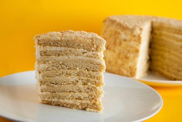 Torta fatta in casa al miele con crema bianca.