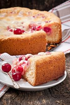 Torta fatta in casa con ciliegie e panna
