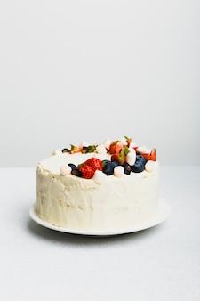 Torta fresca saporita con le bacche sul piatto