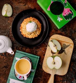 Torta in padella e mela a fette sulla scrivania di taglio