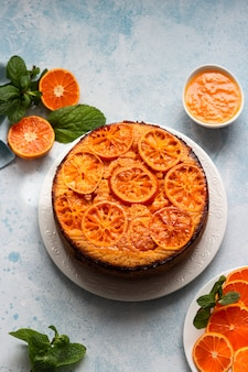 Torta inversa del mandarino su una pietra blu cielo o su un fondo concreto.