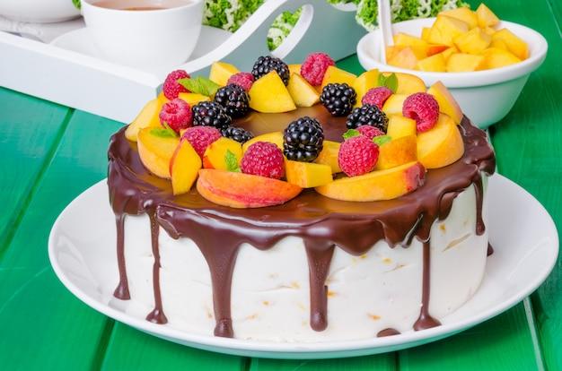 Torta mousse alla vaniglia con pesche e glassa al cioccolato