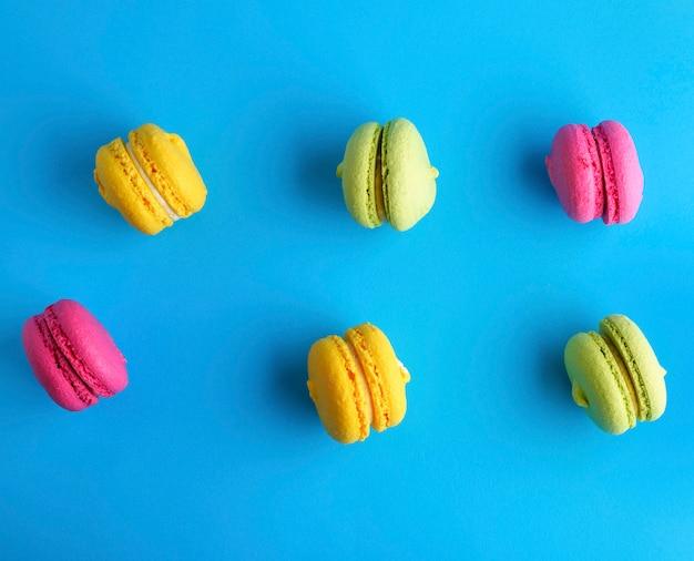 Torta multicolore di farina di mandorle con macarons crema
