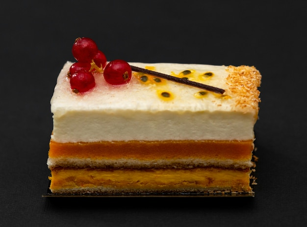 Torta multistrato con ariosa crema bianca e ribes rosso, dessert da far venire l'acquolina in bocca