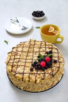 Torta napoleone classica e tè al limone