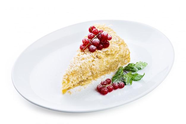 Torta napoleone con frutti di bosco