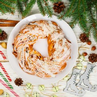 Torta natalizia (capodanno) con cannella, mandorle, nocciole e mirtilli rossi secchi